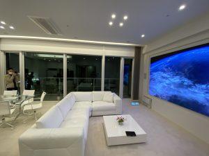 LED VISIONをマンションに導入。常に明るい大画面。